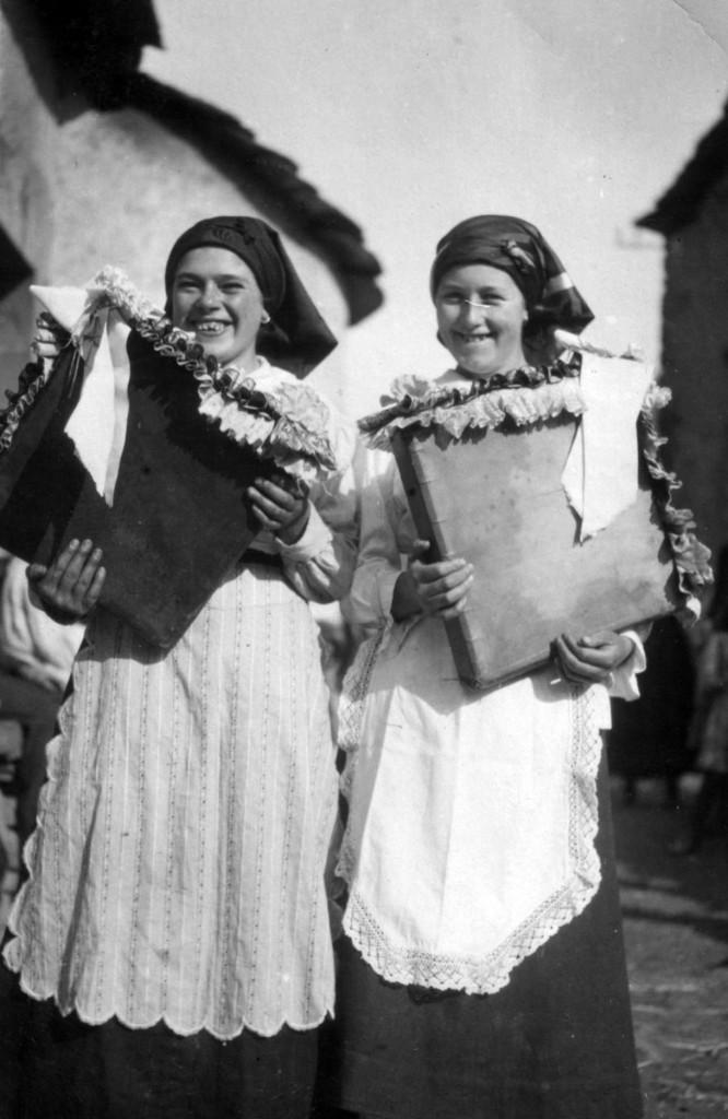 Verano 1918 Virginia Alfonso y Adamina Fernández, Villager Fondo Hermanos García Rubio Club Xeitu